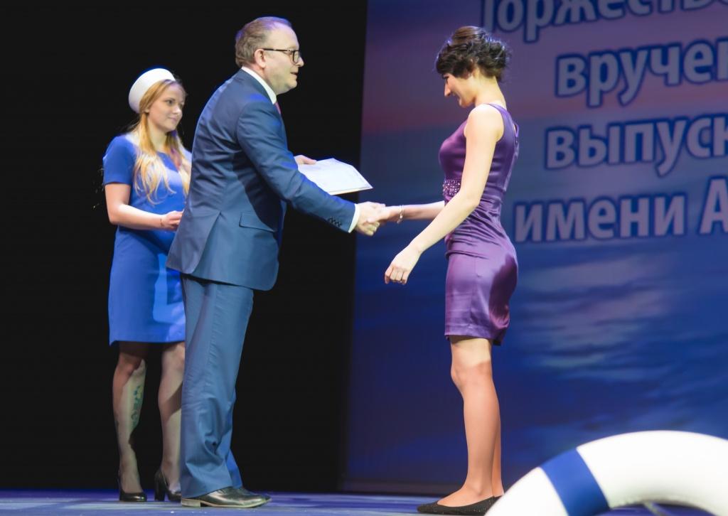 Вручение дипломов выпускникам вечернего отделения Гимн университета в исполнении Академического хора МГМСУ ознаменовал самый торжественный момент мероприятия вручение дипломов